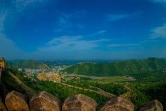 Beau paysage d'Amber Fort avec les arbres verts, les montagnes et les petites maisons près de Jaipur au Ràjasthàn, Inde Ambre Photographie stock