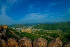 Beau paysage d'Amber Fort avec les arbres verts, les montagnes et les petites maisons près de Jaipur au Ràjasthàn, Inde Ambre Image libre de droits