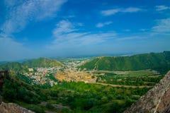 Beau paysage d'Amber Fort avec les arbres verts, les montagnes et les petites maisons près de Jaipur au Ràjasthàn, Inde Ambre Images stock