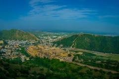 Beau paysage d'Amber Fort avec les arbres verts, les montagnes et les petites maisons près de Jaipur au Ràjasthàn, Inde Ambre Photos libres de droits