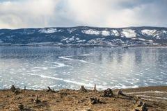 Beau paysage d'hiver avec des montagnes sur le lac Baïkal Images stock