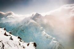 Beau paysage d'hiver avec les montagnes couvertes de neige Photographie stock libre de droits