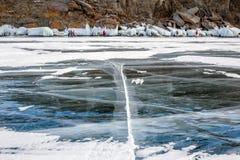 Beau paysage d'hiver avec les roches glacées sur le lac Bakal Images libres de droits