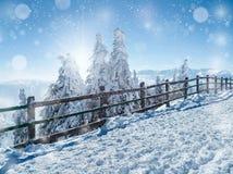 Beau paysage d'hiver dans les montagnes, avec la barrière en bois, arbres impeccables couverts dans la neige, crêtes de montagne  image stock
