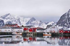 Beau paysage d'hiver de port avec le bateau de pêche et le rorbus norvégien traditionnel photographie stock