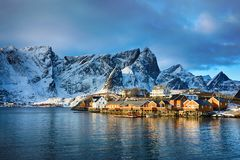 Beau paysage d'hiver de village de pêche pittoresque dans des îles de Lofoten, Norvège Photographie stock libre de droits