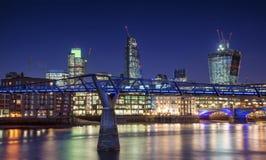 Beau paysage d'horizon de nuit de ville de Londres avec la ville rougeoyante Photos libres de droits