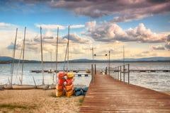 Beau paysage d'été avec le ciel nuageux et le lac naturel en Pologne Image de HDR Photo stock