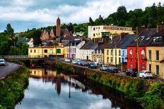 Beau paysage dans le Donegal, Irlande avec la rivière et les maisons colorées Photo stock