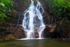 Beau paysage de cascade à écriture ligne par ligne d'échelon de Sai Images libres de droits