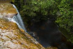 Beau paysage de cascade Cascade à écriture ligne par ligne Sunlit Photographie stock libre de droits