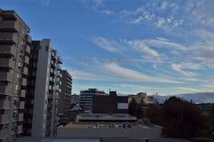 Beau paysage de ciel entre les scyscrapers et les dessus de toit photo libre de droits