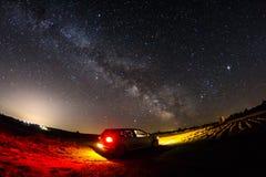Beau paysage de ciel de manière laiteuse avec la voiture dans le premier plan Images stock