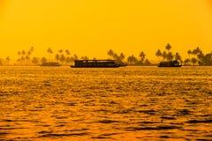 Beau paysage de coucher du soleil avec des bateaux-maison aux mares Kerala photographie stock libre de droits