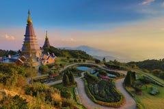 Beau paysage de coucher du soleil deux à la pagoda, parc national de Doi Inthanon, Chiang Mai, Thaïlande photos stock