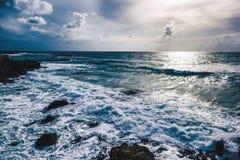 Beau paysage de coucher du soleil de mer avec les nuages et les vagues dramatiques Photos stock