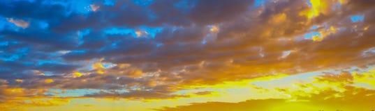 Beau paysage de flambage de coucher du soleil au-dessus derrière le pré et au ciel orange au-dessus de lui Lever de soleil étonna images stock