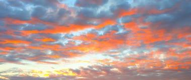 Beau paysage de flambage de coucher du soleil au-dessus derrière le pré et au ciel orange au-dessus de lui Lever de soleil étonna photo libre de droits