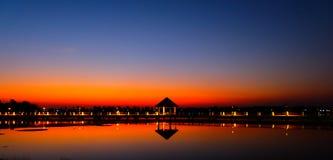 Beau paysage de flambage de coucher du soleil au-dessus derrière le pré et au ciel orange au-dessus de lui Lever de soleil étonna image stock