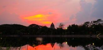 Beau paysage de flambage de coucher du soleil au-dessus derrière le pré et au ciel orange au-dessus de lui Lever de soleil étonna photos libres de droits