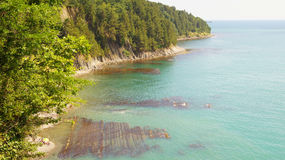 Beau paysage de la falaise treed près des eaux azurées de la Mer Noire pendant la journée sous le soleil Tuapse, Russie Photo stock