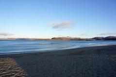 Beau paysage de la mer de Barents à la côte arctique dans Te Photographie stock libre de droits