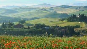 Beau paysage de la Toscane accidentée en Italie banque de vidéos