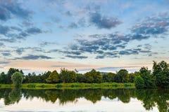 Beau paysage de lac au coucher du soleil Images stock