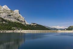 Beau paysage de Lago di Fedaia Dolomites l'Italie Photographie stock libre de droits