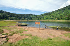 Beau paysage de Laguna Verde avec un bateau, dans Apaneca, itinéraire de Ruta de Las Flores, Salvador, Amérique Centrale Photo libre de droits