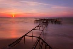 Beau paysage de lever de soleil avec un pilier sur le fond Image libre de droits