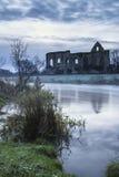 Beau paysage de lever de soleil des ruines de prieuré dans le locat de campagne Photos stock