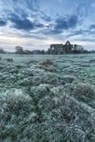 Beau paysage de lever de soleil des ruines de prieuré dans le locat de campagne Image libre de droits