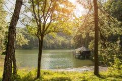 Beau paysage de maison de logement près du lac pendant le matin Image stock