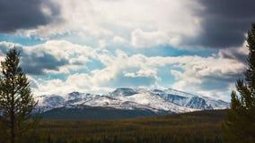 Beau paysage de montagne avec des nuages banque de vidéos