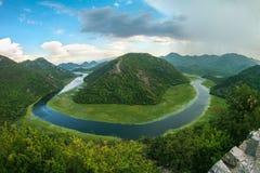 Beau paysage de montagne avec la rivi?re d'enroulement, la for?t verte, l'orage et les cumulus, vue sup?rieure, Mont?n?gro photo libre de droits