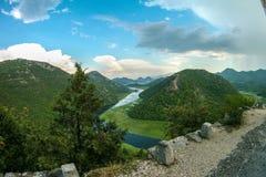 Beau paysage de montagne avec la rivi?re d'enroulement, la for?t verte, l'orage et les cumulus, vue sup?rieure, Mont?n?gro photos stock