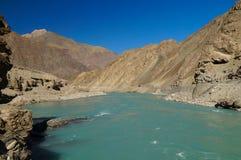 Beau paysage de montagne et de rivière sur le chemin à Basgo photographie stock