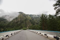 beau paysage de montagne et route goudronnée au jour nuageux, photo libre de droits