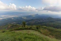 beau paysage de montagne, paysage de forêt de montagne sous l'ev photos stock