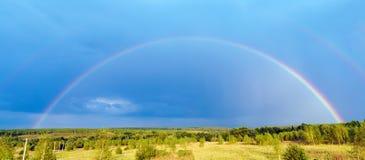 Beau paysage de nature avec le double plein arc-en-ciel au-dessus du panorama de champ photo libre de droits