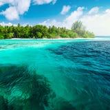 Beau paysage de nature d'île tropicale à la journée photos stock