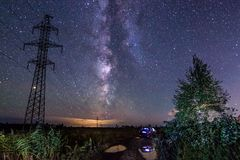 Beau paysage de nuit avec la manière laiteuse Photographie stock