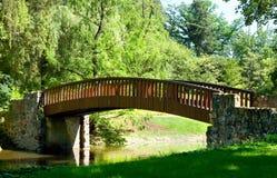 Beau paysage de parc avec la rivière et le pont Photographie stock libre de droits