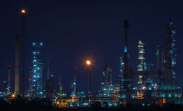 Beau paysage de scène de nuit d'usine de raffinerie de pétrole et de gaz Photos libres de droits