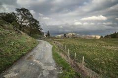Beau paysage de secteur de lac des collines et des vallées sur orageux Image libre de droits
