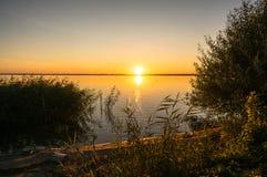 Beau paysage de soirée avec le lac, l'arbre de silhouette et les buissons pendant le coucher du soleil Inde de Bhopal Image stock