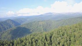 Beau paysage de vallée dans la vue pittoresque de montagnes dans le jour ensoleillé clip Vue supérieure des forêts de montagne su photos stock