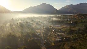 Beau paysage de village de Sembalun au temps de matin image stock