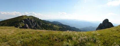 Beau paysage des montagnes carpathiennes en Roumanie, vue de panorama photos libres de droits